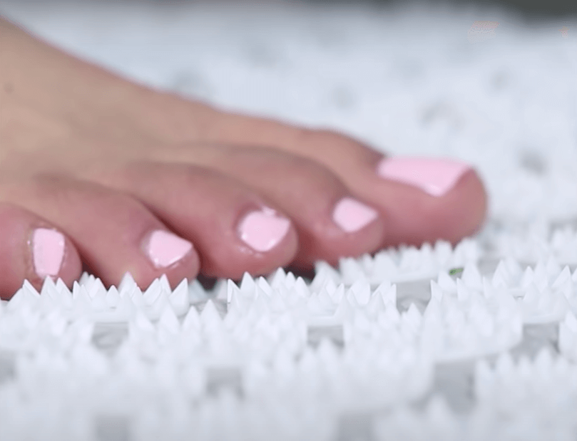 pieds sur tapis acupression