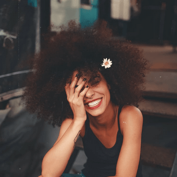 femme heureuse tapis acupression