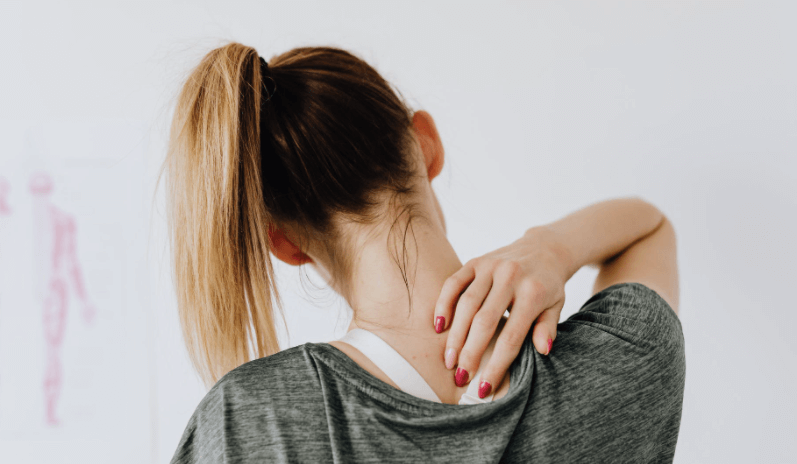 femme avec une fibromyalgie qui utilise un tapis acupression